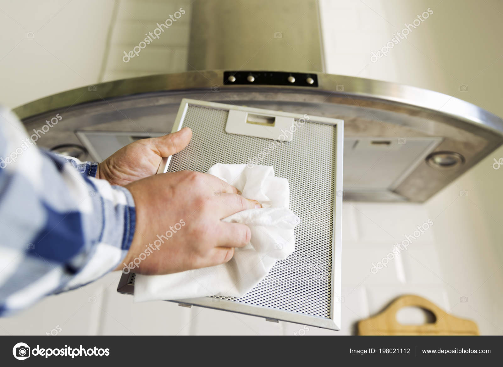 Hände des mannes reinigung aluminium mesh filter für