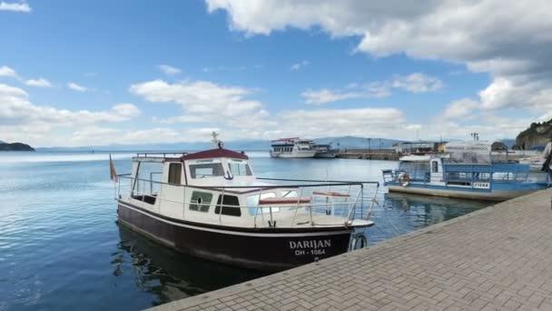 Přesun na slavný chodník dlažba s lodí a přístav v Ohrid, Makedonie. Ohrid je že UNESCO chráněné umístění