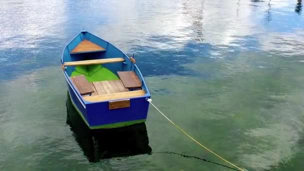 Ohridské jezero. Rybářské lodě na klidné vodní ploše s odleskem