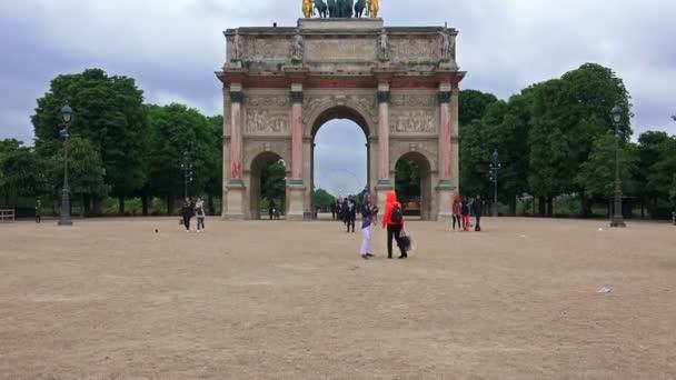 Touristen in Paris Sehenswürdigkeiten am Tag näher heranholen Riesenrad über Arc de Triomphe du Carrousel am Eingang des Tuilerien-Palast