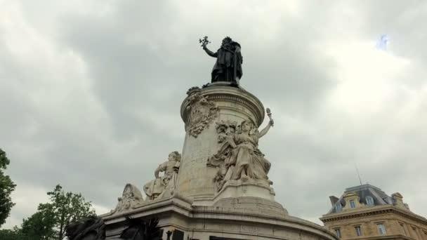 Paříž, Francie - cca června 2017: Bronzová socha Marianne hospodářství olivovou ratolestí