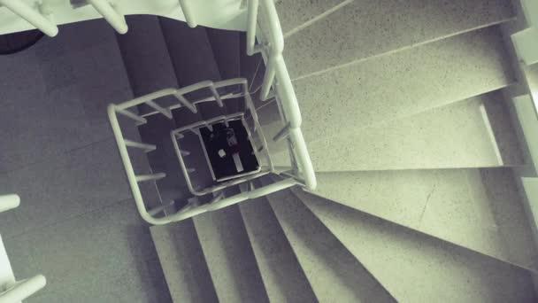 pohled na zábradlí a schody rozsahy v budově