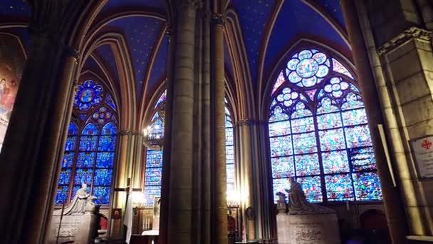Paříž, Francie - cca červen 2017: Interiér katedrály výhledem na Notre Dame de Paris