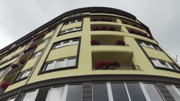 Květiny na budování balkon, filmový záběr