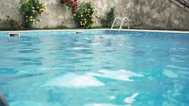 muž plavání v luxusní bazén ve dne