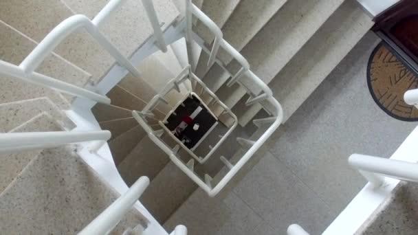 Étroit escalier colimaçon dans immeuble bureaux u vidéo zefart