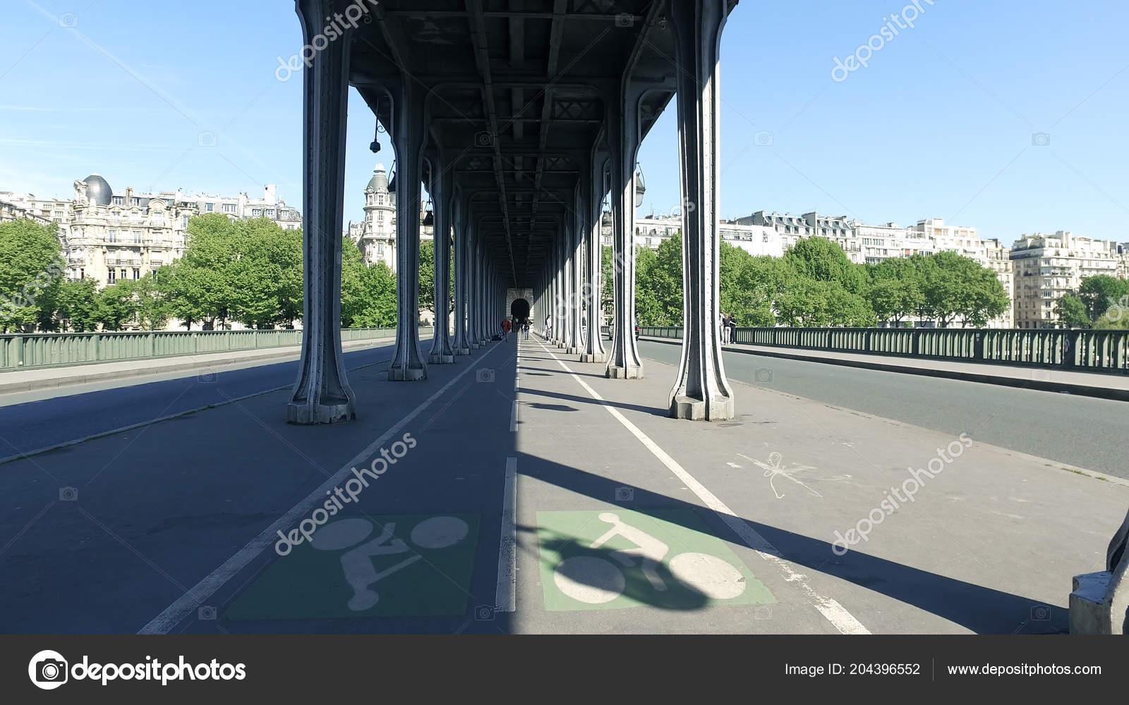 Walking Famous Pont Bir Hakeim Pont Passy Bridge Paris