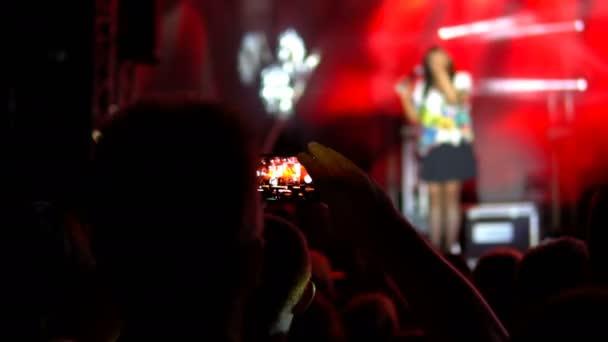 Lidí na koncert natáčení videa nebo fotografie. Veřejný koncert, žádná jízdenek událost