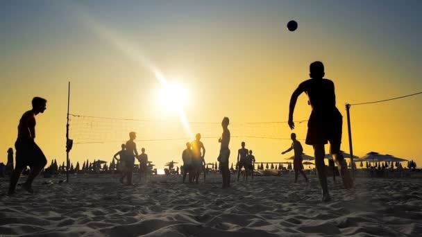 Beach volejbal silueta při západu slunce