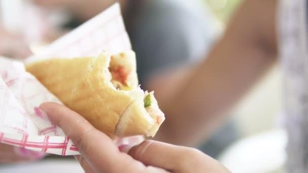 Žena jíst Döner Kebab sendvič