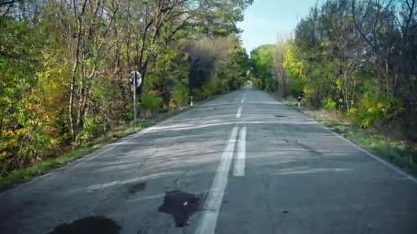 Rychlé sportovní jízdy na venkovské silnici s stromy průjezd tunelem