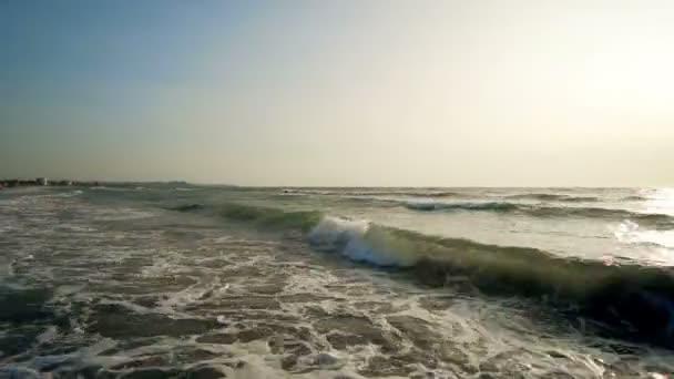 Pláž Exotic s vln stříkající na sunrist, úžasné pozadí