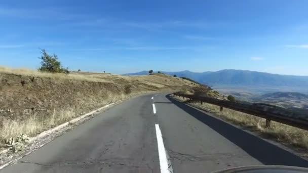 POV Fahrt bergab auf ländlichen Bergstraße in großer Höhe