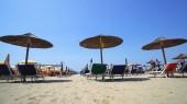 Strandresort mit Strohschirmen