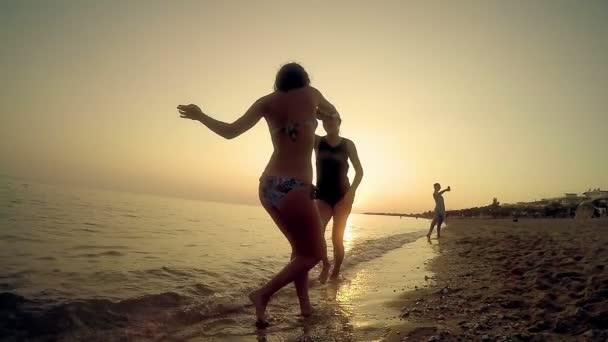 Happy přátelé baví na pláži tančí tradiční makedonský, řecký tanec, pomalý pohyb