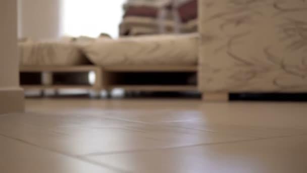 Barfuß Frau in Dessous ausziehen ihre Höschen auf Fliesenboden, filmische Ansicht