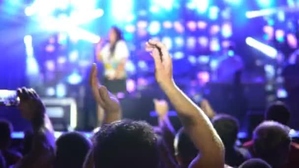 Lidé s rukama rozveselit na open air koncertu. Veřejný koncert, žádná jízdenek událost