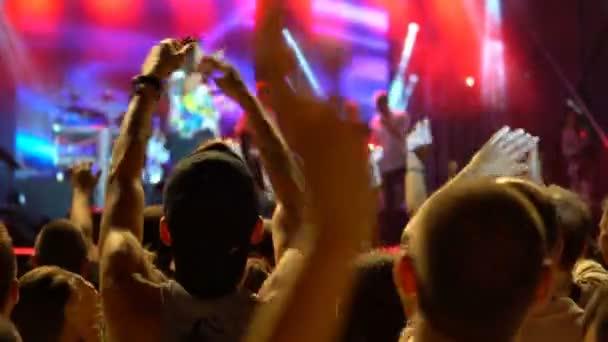 Dav s pažemi vztyčenými k hudební koncert. Veřejný koncert, žádná jízdenek událost