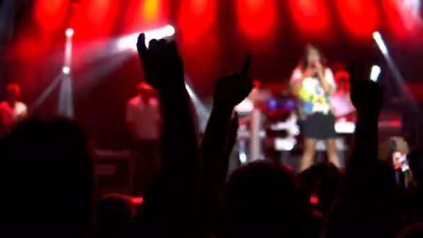 Potlesk davu na koncertě, pohled zezadu. Veřejný koncert, žádná jízdenek událost