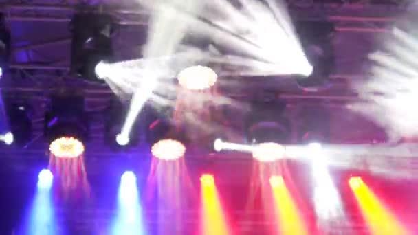 Detailní záběr na led reflektory na koncert, sál fázi stropu