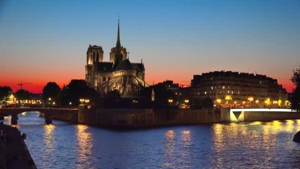 Západ slunce pozadí pozadí smyčky Seinu a Notre Dame de Paris, Paříž, Francie,