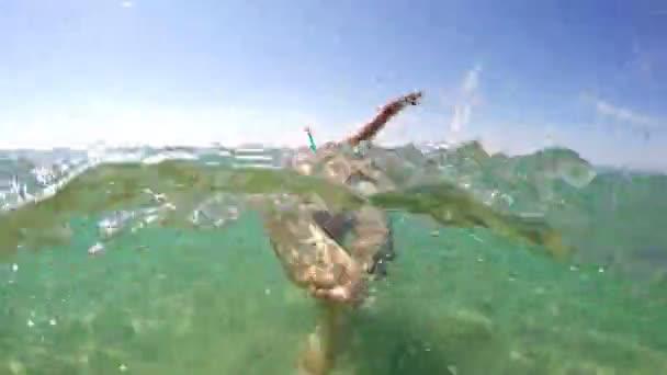 Nach einem Schnorchler, der im Meer schwimmt, wird die Torkuppel angeschossen