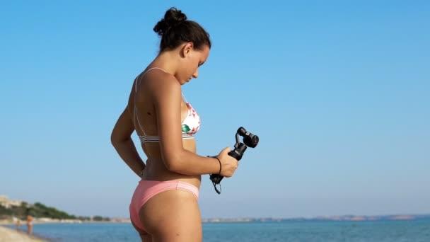 Mädchen im Bikini-Rekordvideo mit neuem Gadget, 3D-stabilisierter Gimbal-Kamera dji osmo