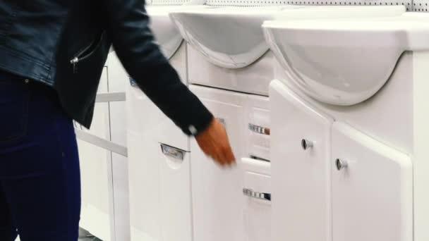 Nő úgy dönt, egy fürdőszoba mosogató a boltban