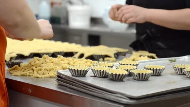 Péksütemény készítés Tartlet, a tésztát a sütő ételek, a konyha a cukrászda.