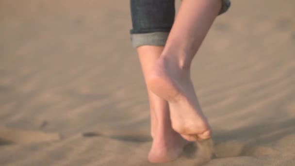 Zblizka, zpomaleně. Žena nohy chůzi na zlatého písku na pláži.