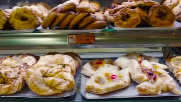 Tenerife, Spanyolország-Circa január, 2019: Showcase torták a kijelzőn a cukrászda és pékség. Vértes. 4k.