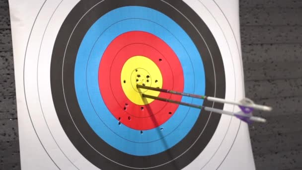 Kültéri Target íjászat lövöldözés. Nyíl üti a cél.