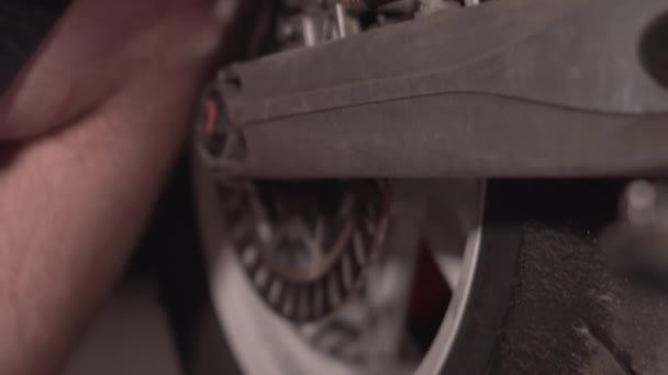 mechanika uzavření opravy motorky v servisu.
