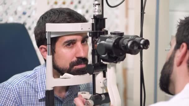 Szemész ellenőrzések fiatalember látás-beteg Szemészeti Klinika.
