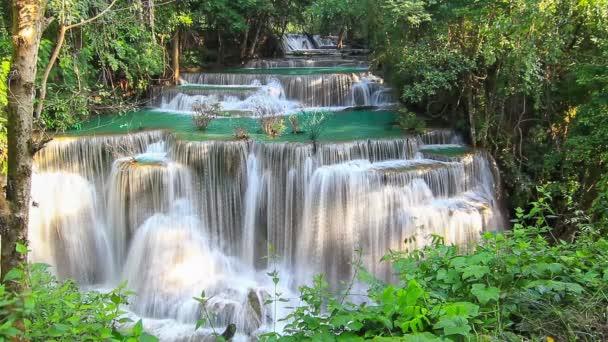 Wasserfälle im tiefen Wald am Erawan Wasserfall im Nationalpark Kanchanaburi in Thailand