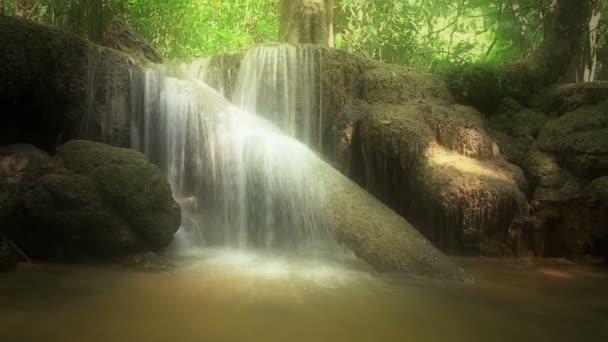 Hd: Krásný vodopád v lese.