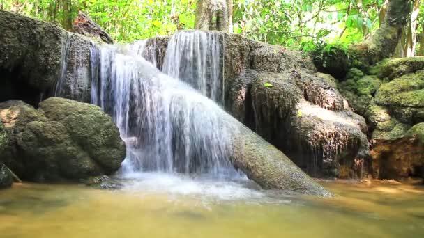 Vodopády v hlubokém lese u vodopádu Erawan v národním parku Kanchanaburi, Thajsko