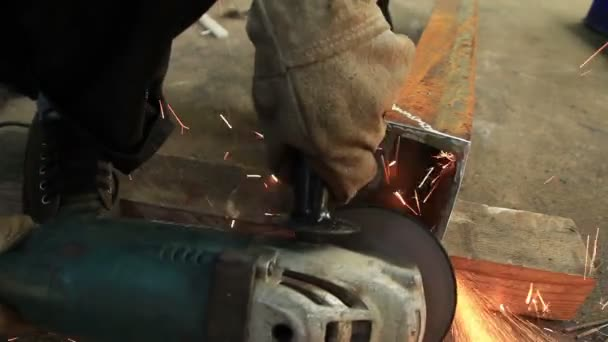 Hd: Pracovník s průmyslovou bruskou, Průmyslové zázemí.