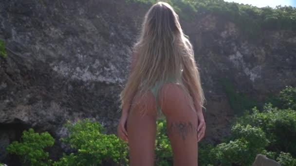 Karcsú modell, bikini csóválja a hosszú, szőke haja, haja lobogott a szél, lassú mozgás, Alulnézet, jól cserzett szexi lány