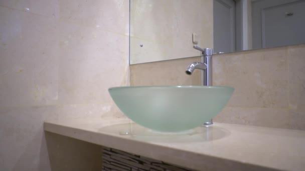 Zblízka stylové skleněné umyvadlo v moderní koupelně s karamelovou barvu mramoru,