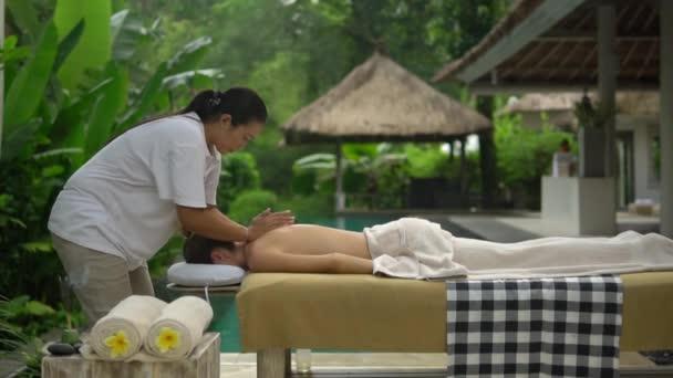 nyak masszázs Spa Hotel szabadban a háttérben a dzsungel, az egészségügyi koncepció
