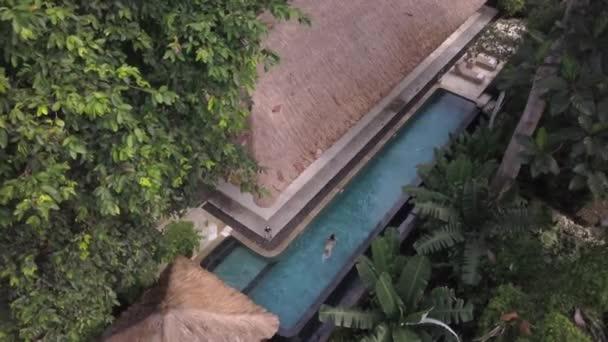 Blick aus der Vogelperspektive auf den herrlichen Ort für den Sommerurlaub, Wellnesshotel mit Freibad