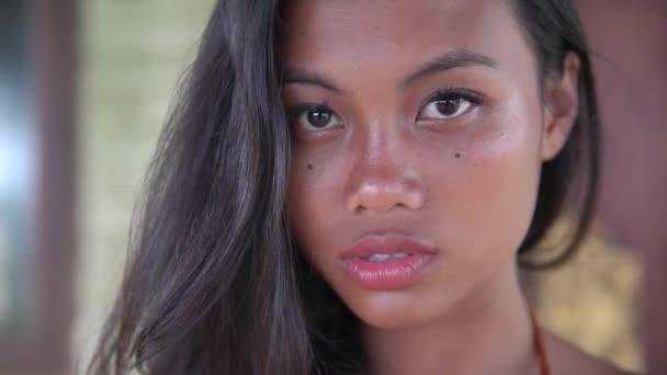 junges Model mit langen Haaren, dunkelhäutiges Mädchen mit vollen Lippen posiert für die Kamera