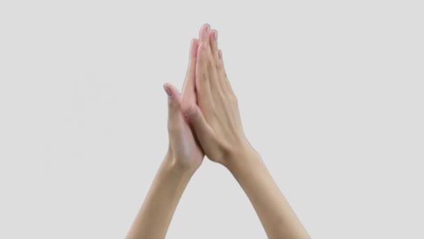 detail ženských rukou s dlouhými prsty, kruhové pohyby, hydratační krém