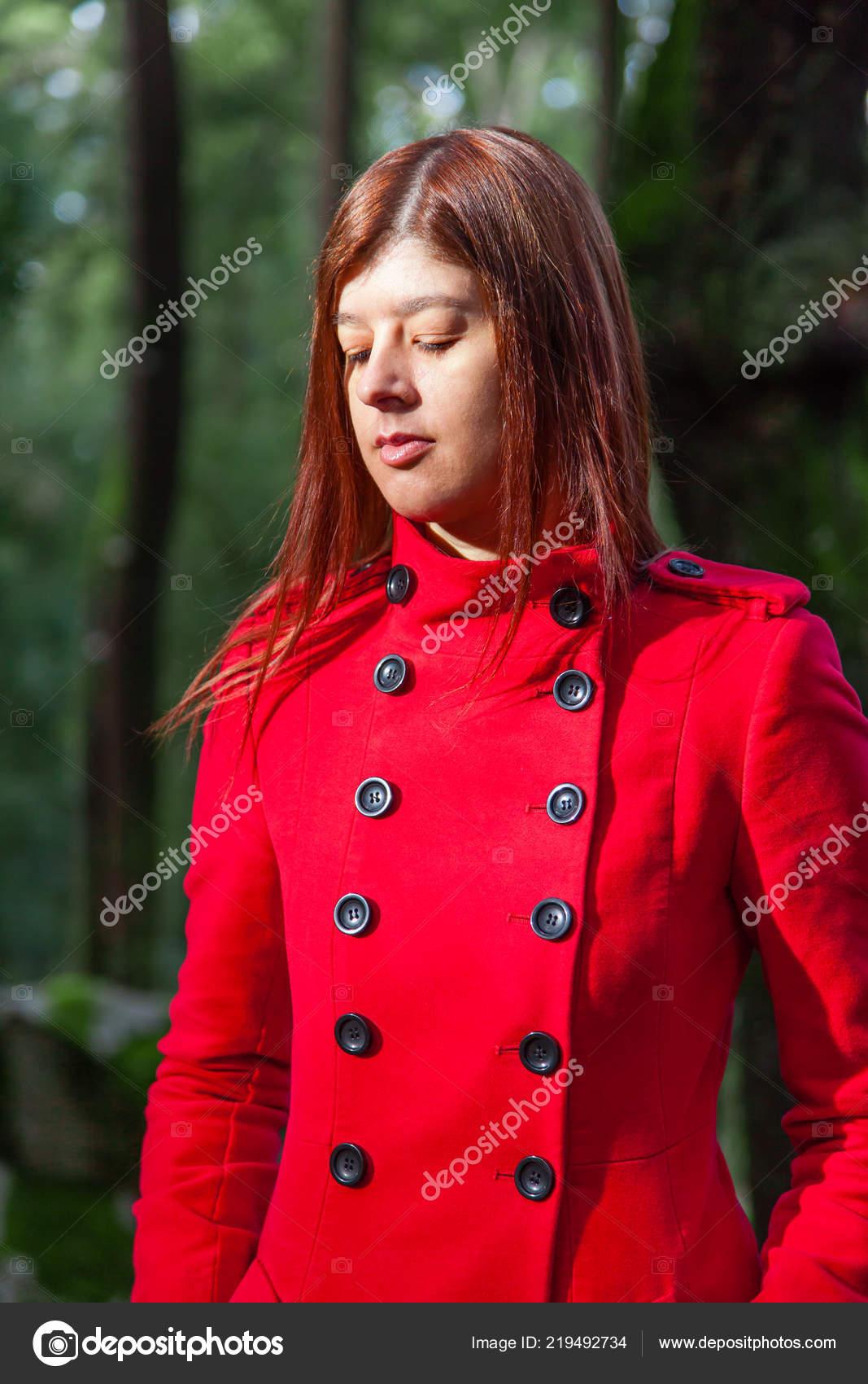 Giovane Donna Triste Che Cammina Solo Sulla Strada Forestale