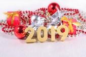 2019 rok zlatá čísla na pozadí vánočních ozdob