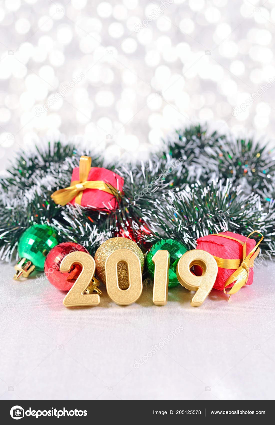 Decorazioni Natalizie 2019.2019 Anno Dorato Figure Sullo Sfondo Delle Decorazioni Natale Una