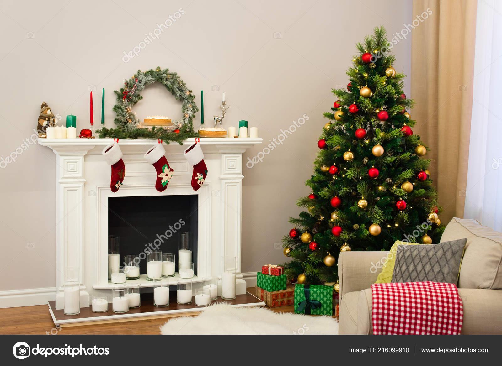 nouvel décoration maison avec beau arbre plein jouets colorés une