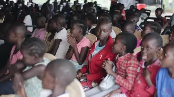 Kisumu, Keňa - 21. května 2018: Skupina happy afrických dětí sedí ve škole a hraní her