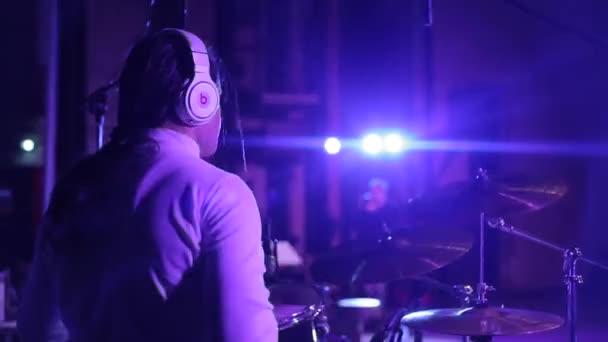 Bobruisk, Bělorusko - 31. července 2018: Blízký pohled dlouhé vlasy-muž hraje na bicí. Rockový hudebník